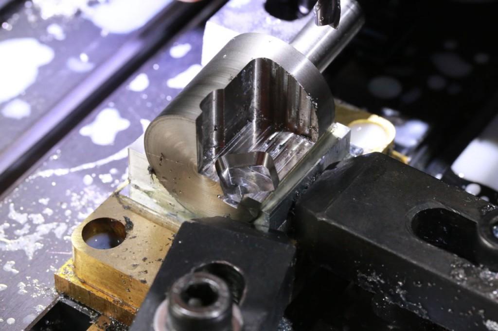 チップ取り付け部を切削
