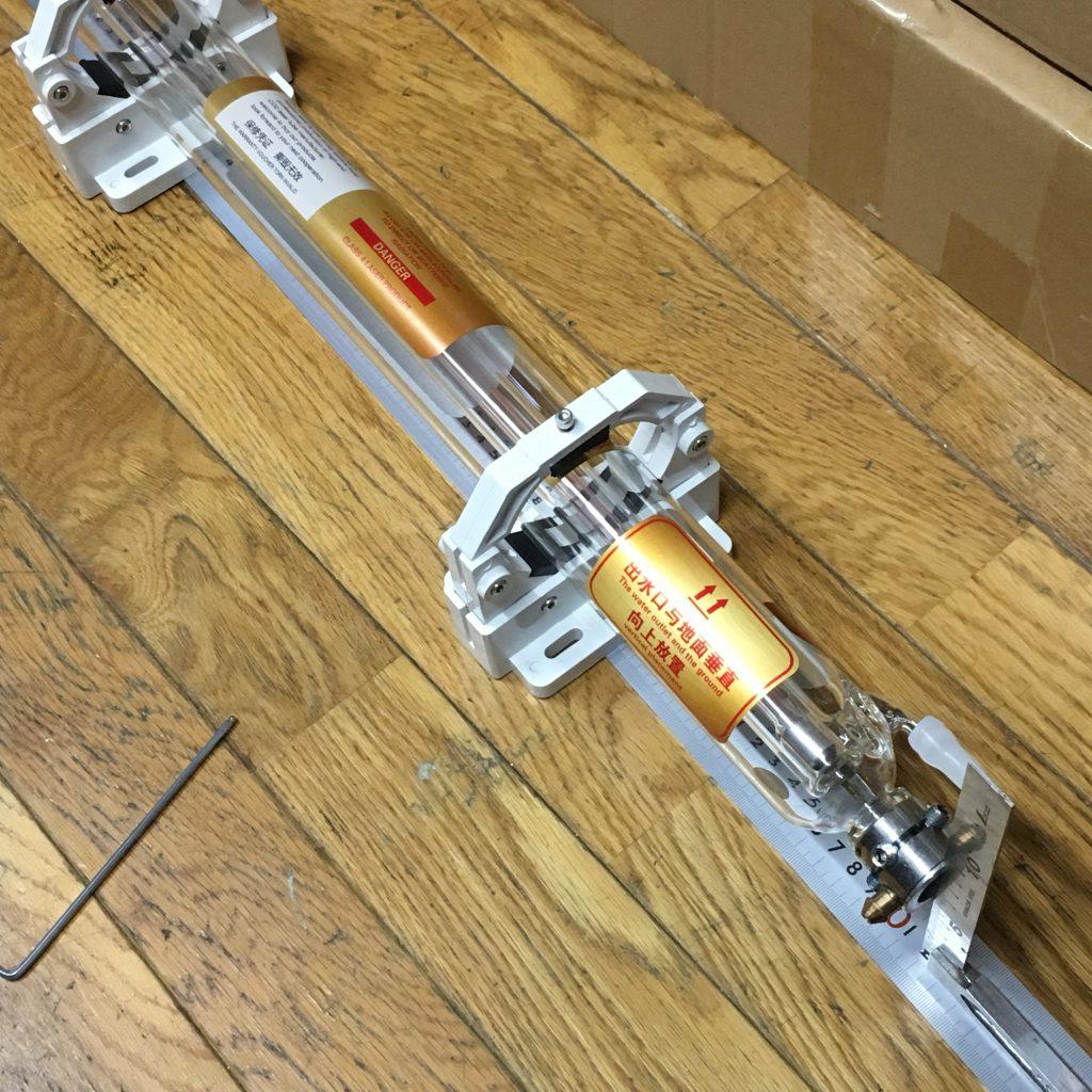 自作レーザーカッター。AiExpressから購入したCO2 40Wのレーザー。サイズを測ってます。