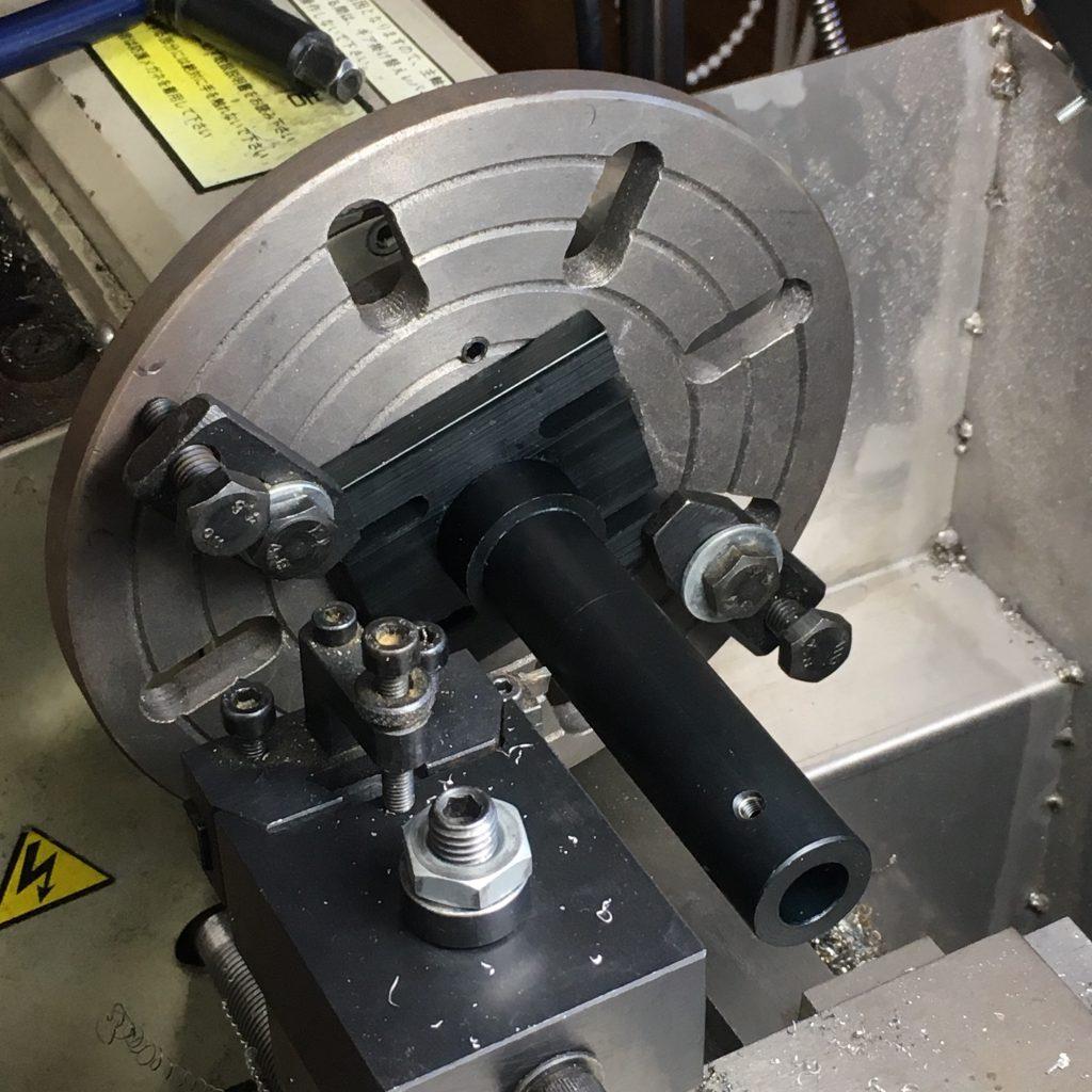 自作レーザーカッター。ミラーマウントの加工。面版で固定して旋盤で加工。